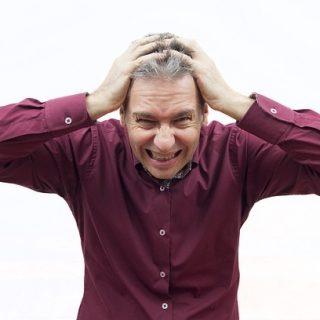 мужчина испытывает стресс